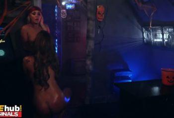FAKEhub HALLOWEEN порно фото женщин - Инопланетянка перевоплотилась в мужика и трахнула намасленную космоцыпу