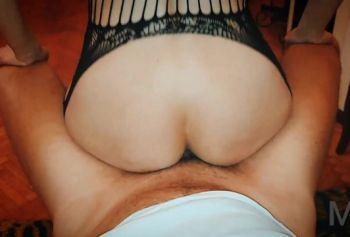 Страстный глубокий порно в бане минет и жёсткая ебля в жопу и пизду  стройной милфы в чулках
