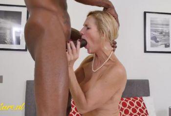 Женатая милфа русское порно ебут в рот выебана огромным БЧЧ, пока её муж был на работе