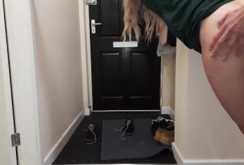Доставщик постучал русское порно х в дверь, когда я трахал свою жену, и я позволил ему трахнуть ее, пока смотрю.