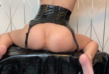 Великолепная детка русское порно видео молодых сквиртит молоком из задницы и оседлает дилдо | LaraJuicy