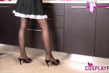 Сексуальная французская русское домашнее порно бесплатно горничная в черных чулках показывает свои ступни
