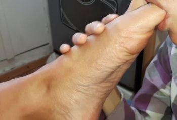 Вылизала не порнуха минут только пятки и пальцы ног, но и страпон, которым я её трахала - lesbian_illusion