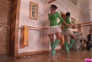 Сексуальная балерина порно відео Алекса Даймонд отсасываетс с заглотом